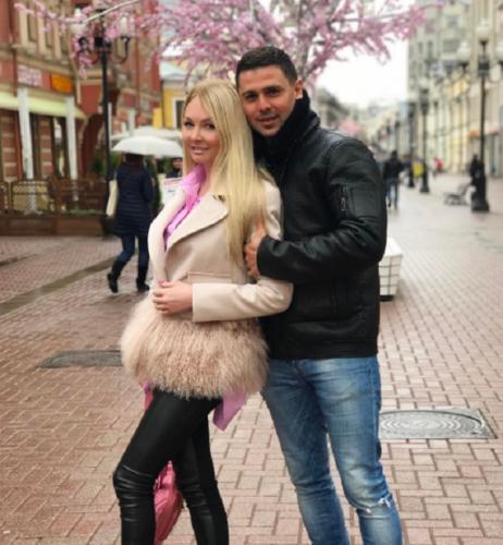 Дарья Пынзарь дурачилась с розовым рюкзаком в парке